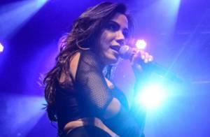 Anitta sensualiza usando hot pants e top em apresentação em São Paulo
