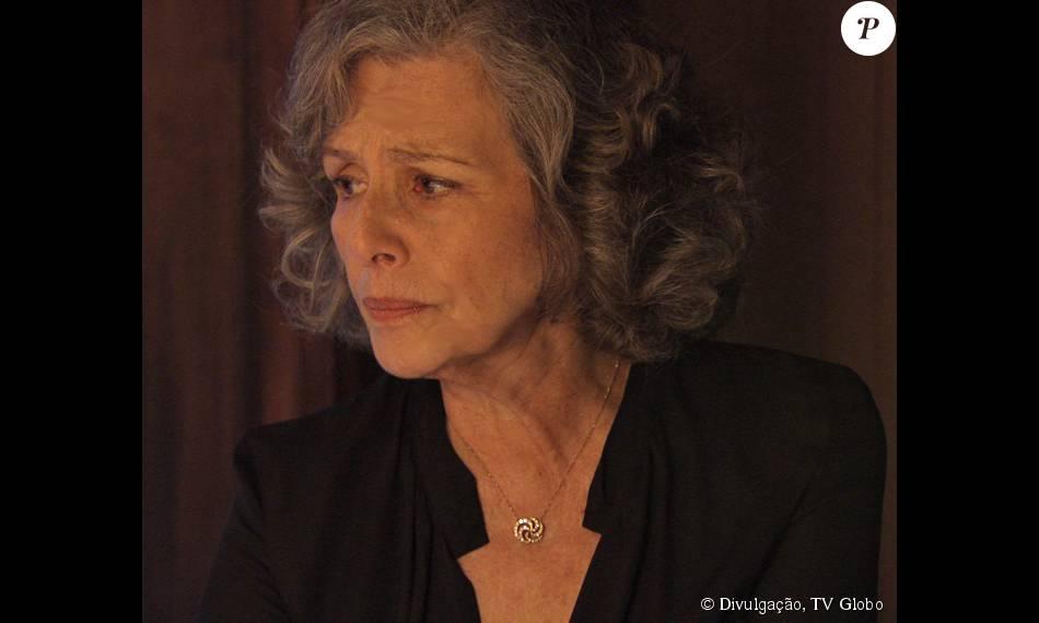 Vitória (Irene Ravache) não sabe que Emília (Ana Beatriz Nogueira) é sua filha, na novela 'Além do Tempo', em 1º de dezembro de 2015