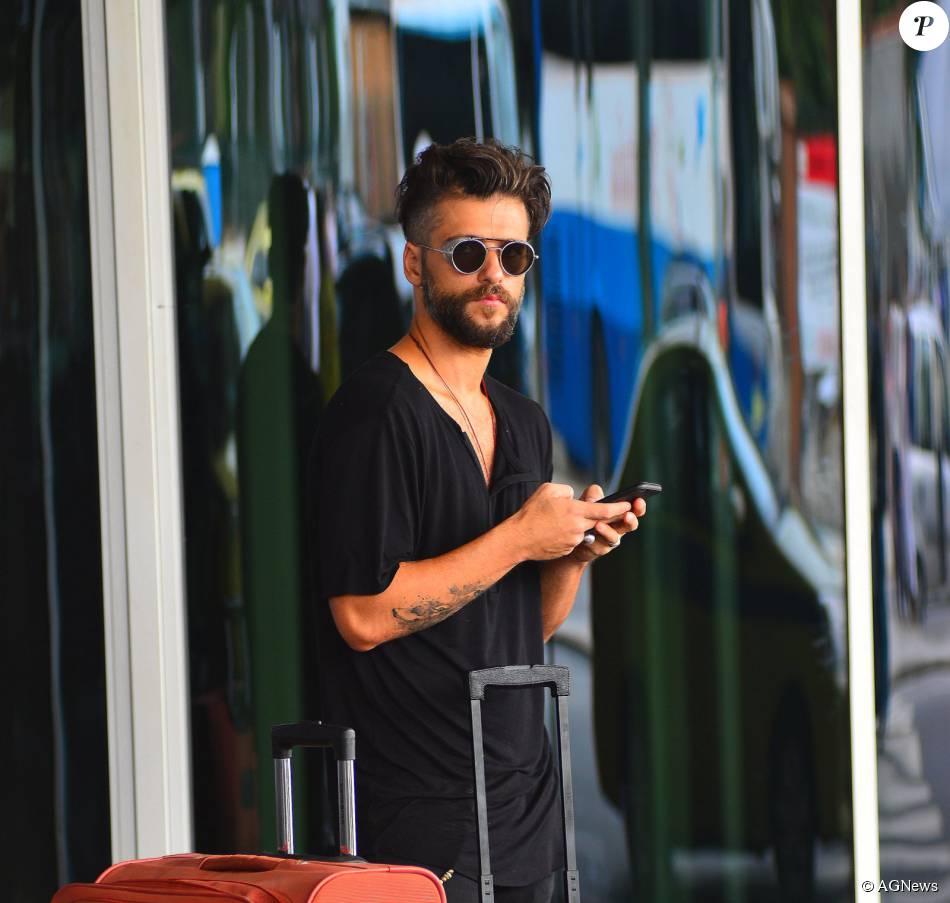 Bruno Gagliasso exibiu seus cabelos raspados e óculos vintage da grife Thom Browne, avaliado em cerca de R$ 2.720. Ator desembarcou em aeroporto do Rio nesta quinta, 26 de novembro de 2015