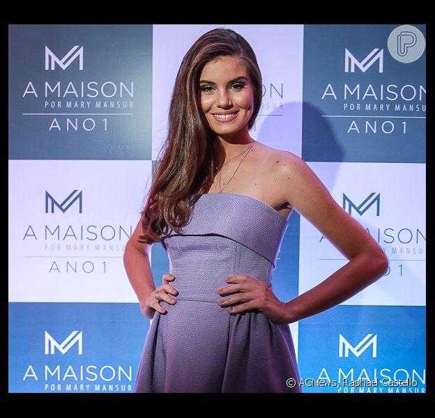 Camila Queiroz esbanjou sensualidade na última quinta-feira (26) no Recife. A atriz marcou presença no aniversário de um ano da A Maison, grife de Mary Mansur