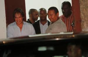 Roberto Carlos vai à igreja de Santa Luzia um dia antes do show no Rio