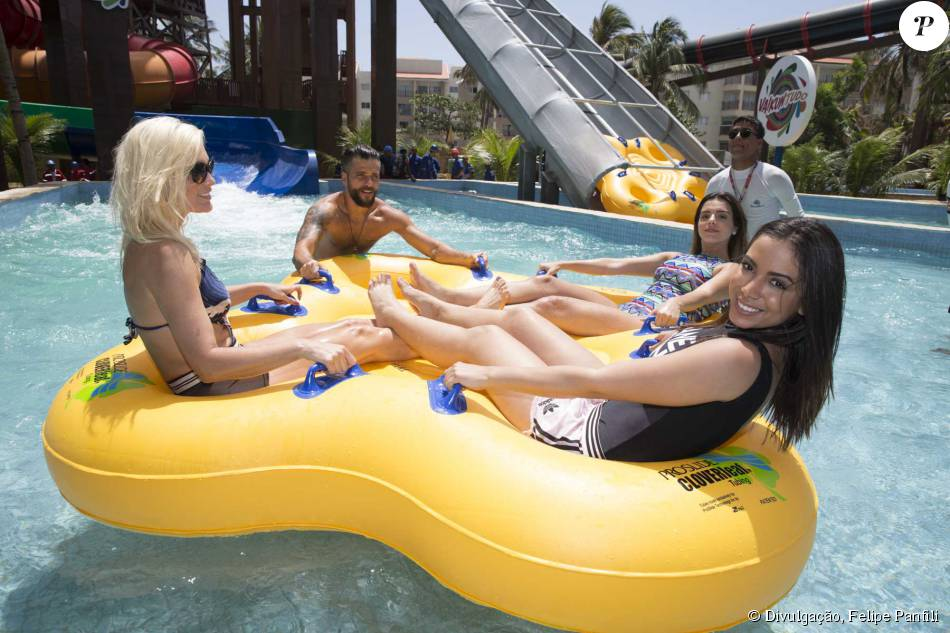 Anitta não colocou roupa de banho para brincar em atração de parque aquático, ao lado de Giovanna Lancellotti