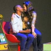 Fernanda Souza beija Thiaguinho no palco e recebe Rafael Zulu em peça. Fotos!