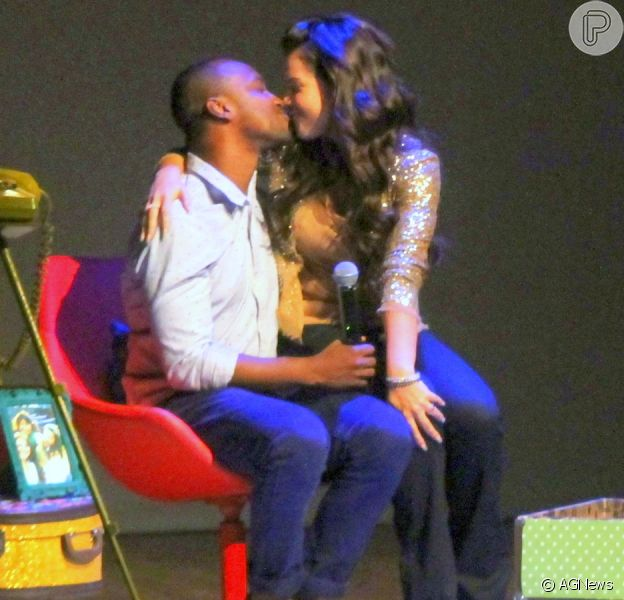 Fernanda Souza recebeu Thiaguinho e Rafael Zulu em sua peça, no Rio de Janeiro, nesta quinta-feira, 3 de dezembro de 2015. A atriz tascou um beijo no marido durante a apresentação