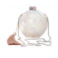 A clutch em madrepérola usada por Thaila Ayala é da grife Isla e está á venda no site da marca por R$ 1.494,00
