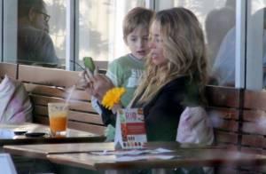Danielle Winits curte a tarde de folga com Noah em shopping do Rio