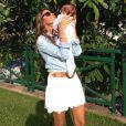 Flávia Sampaio segura o filho Balder, de 2 meses