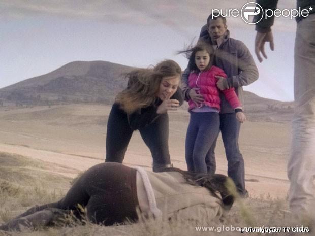 Paloma (Paolla Oliveira) bate em Alejandra (Maria Maya) para salvar Paulinha (Klara Castanho) da morte, em 'Amor à Vida', em 30 de agosto de 2013