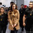 Ao desembarcar em São Paulo, Paloma (Paolla Oliveira) é presa, por causa de uma armação de Alejandra (Maria Maya), em 'Amor à Vida'