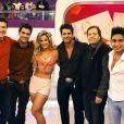 Rodrigo Faro posa com atores do elenco de 'Dona Xepa' durante gravação no 'Melhor do Brasil'