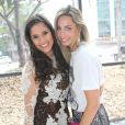 Camilla Camargo e Mariana Weickert posam para foto durante desfile da estilista Lethicia Bronstein