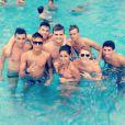 Neymar curte piscina com vários amigos e apenas um mulher