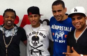 Neymar desfila barbicha loira em show do Revelação e curte piscina com amigos