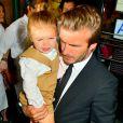 David Beckham carrega a filha, Harper Seven, no colo