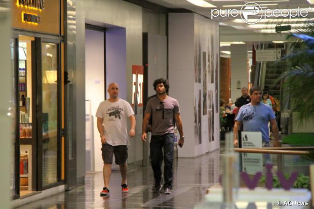 Paulo Gustavo e Jesus Luz passeiam em shopping carioca nesta terça-feira (10)
