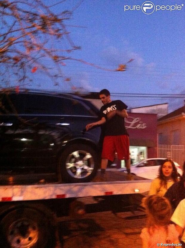 Adriel não dá notícias desde segunda-feira, dia 09 de setembro de 2013, mas o cantor foi visto na cidade de Cambuí, sul de Minas Gerais. Na foto, ele aparece em cima de um gincho, que foi usado para rebocar o carro da namorada de Adriel, que quebrou na região