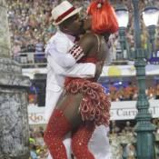 Casado, Ailton Graça beija muito na Sapucaí, mas com autorização da mulher