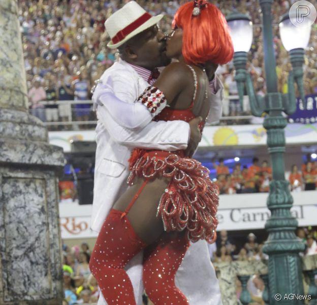 Aílton Graça beijou muito a destaque Cris Alves durante o desfile do Salgueiro, na segunda-feira, 8 de fevereiro de 2016