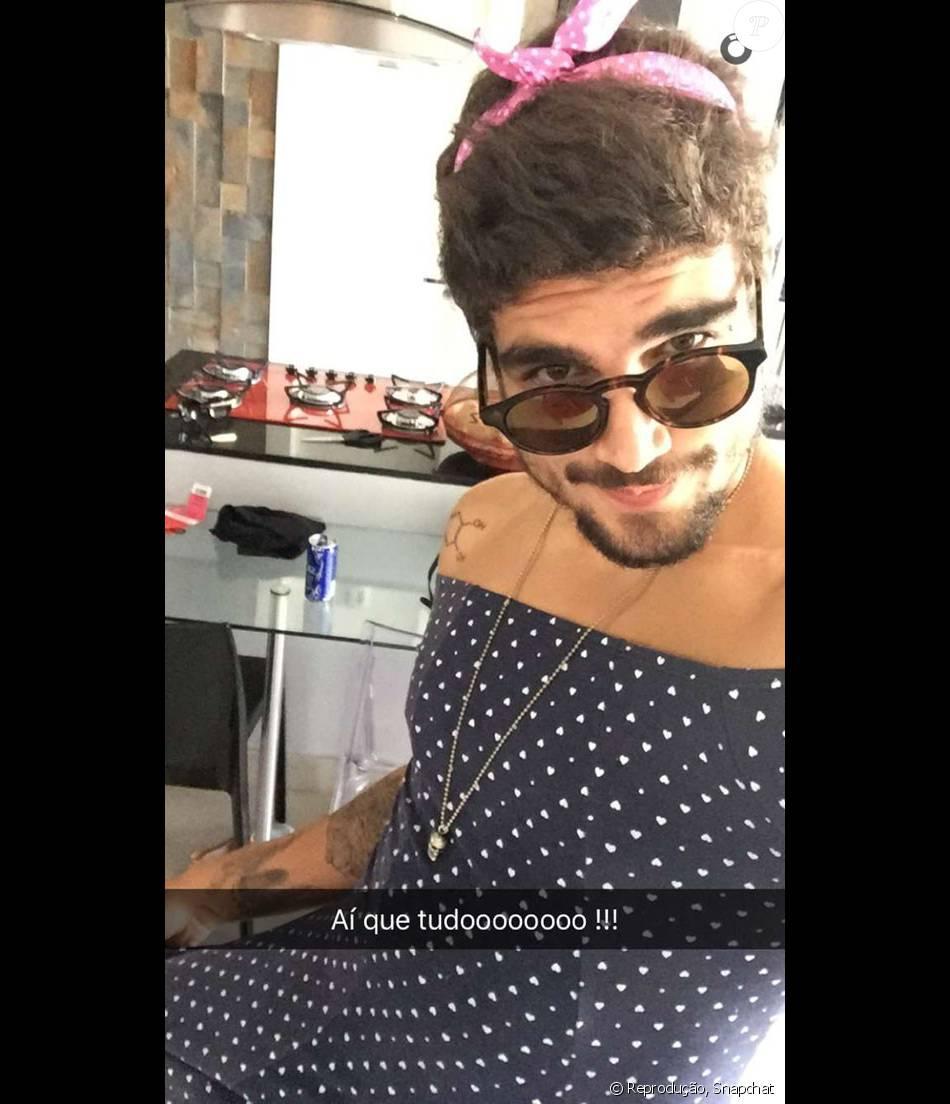 Caio Castro  p  ostou uma foto com vestido de bolinhas com ombros à mostra, nesta terça-feira, 9 de fevereiro de 2016