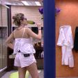 Respondendo à televisão no segundo andar da casa do 'BBB16', Ana Paula criticou o visual da dançarina: 'Ridícula. Vai pôr uma unha nessa mão porque está horroroso. A sobrancelha falsa também está uó'