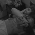 O modelo abraça Munik para fazer ela parar: 'Você está bêbada'
