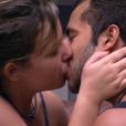 Maria Claudia afirmou querer mais que uma amizade quando saírem da casa e os dois se beijaram, terminando a discussão