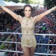 Ivete Sangalo abre os braços em cima do trio elétrico em Salvador e posa para foto