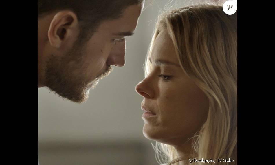 Lara (Carolina Dieckmann) conta para Dante (Marco Pigossi) que Gibson (José de Abreu) ameaçou matá-la se ela não se afastasse dele, na novela 'A Regra do Jogo', em fevereiro de 2016