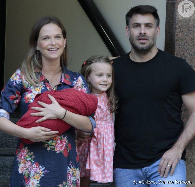 Fernanda Rodrigues deixa maternidade no Rio com o filho Bento no colo, na manhã deste sábado, 13 de fevereiro de 2016