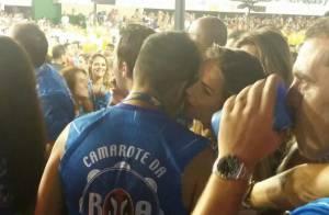 André Marques é clicado em clima de intimidade com loira na Sapucaí no Rio.
