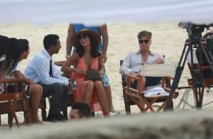 Juliana Paes e Fabio Assunção gravam 'Totalmente Demais' na praia. Fotos!