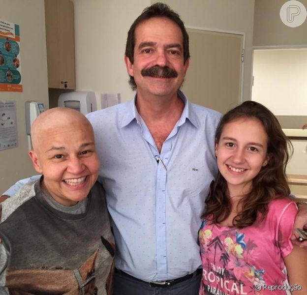 Claudia Rodrigues usa a rede social para postar foto com seu médico e sua filha Iza, e comentar boato de falsa morte: 'Estou muito bem e muito viva'. Fato aconteceu nesta terça-feira, 16 de fevereiro de 2016