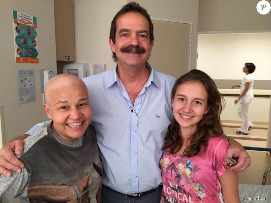 Claudia Rodrigues usa a rede social para postar foto com seu médico e sua filha Iza, e comentar boato de falsa morte: 'E stou muito bem e muito viva'. Fato aconteceu nesta terça-feira, 16 de fevereiro de 2016