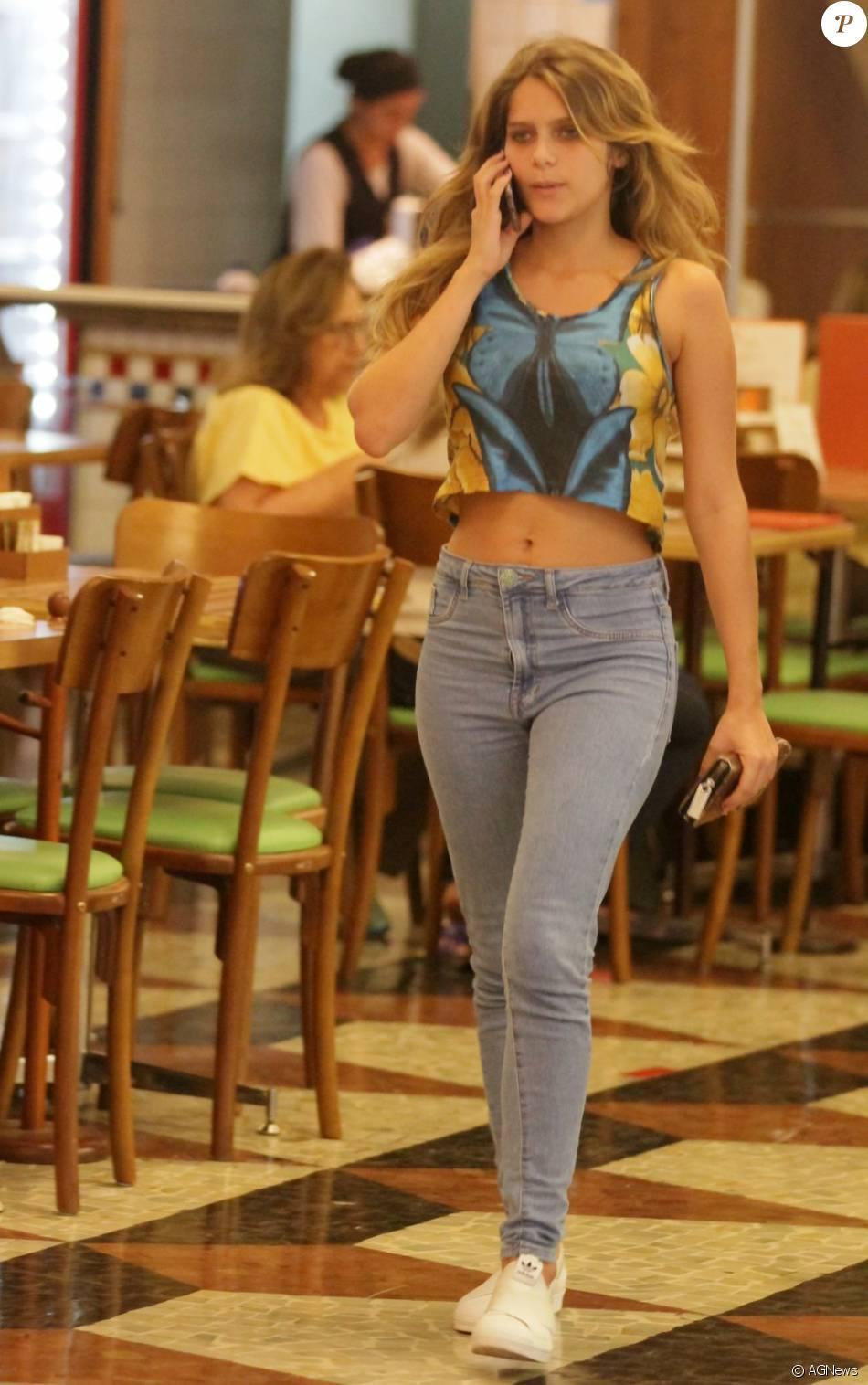 Isabella Santoni usou um top colorido que deixou a barriga de fora durante passeio no shopping nesta terça-feira, dia 16 de fevereiro de 2016