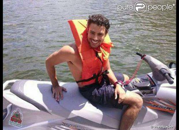 Cauã Reymond andou de jet ski, praticou stand up paddle e andou de caiaque no Rio São Francisco, em Aracaju