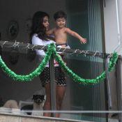 Juliana Paes, grávida e com Pedro no colo, ajuda sogra em decoração de Natal