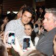 John Mayer tira foto com fã um dia antes de se apresentar no Rock in Rio