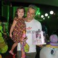 Otaviano Costa leva a filha, Olívia, para a festa das gêmeas de Giovanna Antonelli