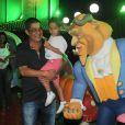 Zeca Pagodinho prestigia festa das filhas de Giovanna Antonelli com o neto Noah