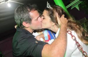 Giovanna Antonelli ganha beijão do marido na festa de 3 anos das filhas gêmeas