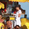 Depois de muitas brincadeiras com a mãe, Marcelo Sangalo ganha um picolé de fruta para se refrescar