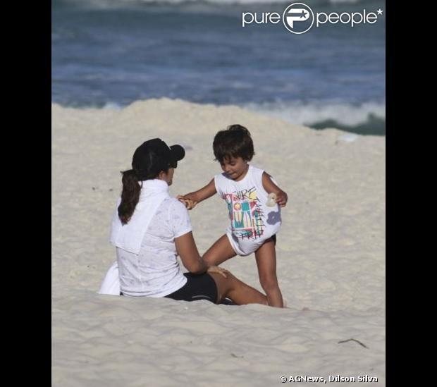 Marcelo Sangalo vai ser 'rato de praia' igual a mãe. O menino se diverte brincando com Ivete enquando devora um biscoito de polvilho