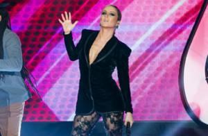 Claudia Leitte adere decote profundo no 'The Voice'. Veja quem segue a moda