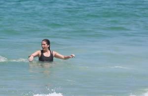 Giovanna Antonelli treina crossfit na praia e mergulha de roupa no mar. Fotos!