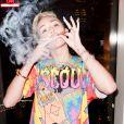 Miley Cyrus fuma vários cigarros durante o ensaio