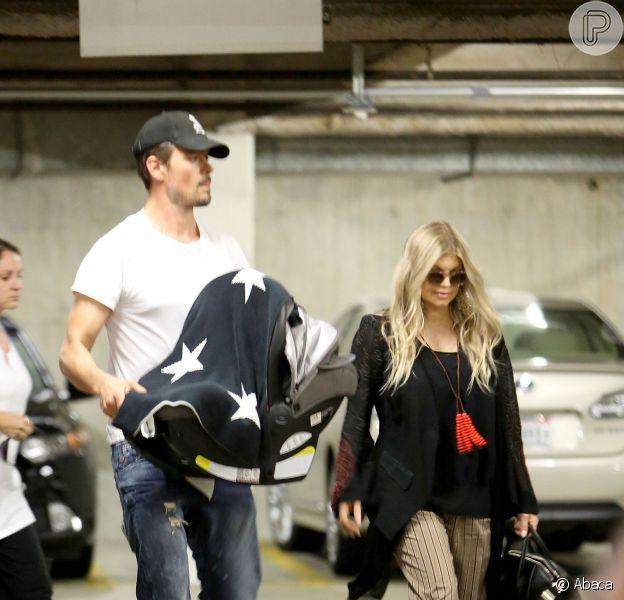 Fergie e Josh Duhamel levam o filho, Axl Jack Duhamel, a uma consulta no pediatra, em Los Angeles, na Califórnia, em 3 de outubro de 2013