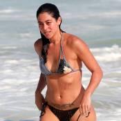 Carol Castro exibe corpão ao mergulhar no mar de biquíni em praia do Rio