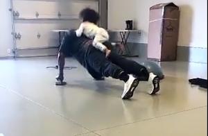 Kim Kardashian mostra o marido, Kanye West, fazendo flexão com a filha. Vídeo!