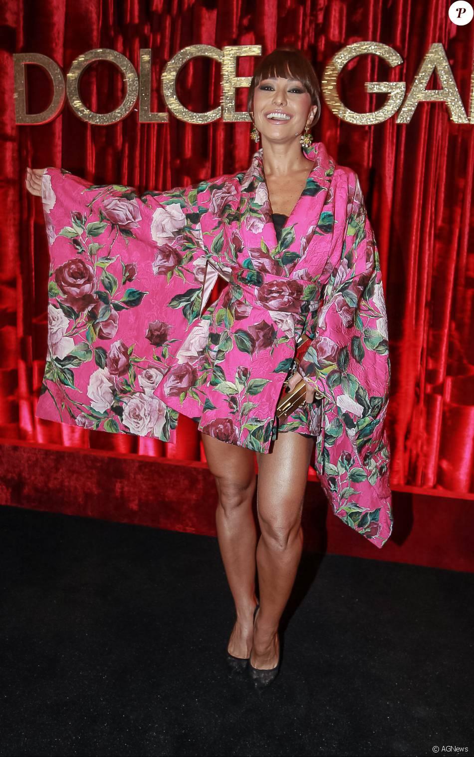 3d985ac7be3a0 Sabrina Sato colocou um aplique de franja nos cabelos e apostou no Kimono  rosa e florido para prestigiar a festa promovida pelos estilistas da Dolce    Gabba