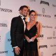 A namorada de Cauã Reymond, Mariana Goldfarb, apostou em um vestido decotado e preto